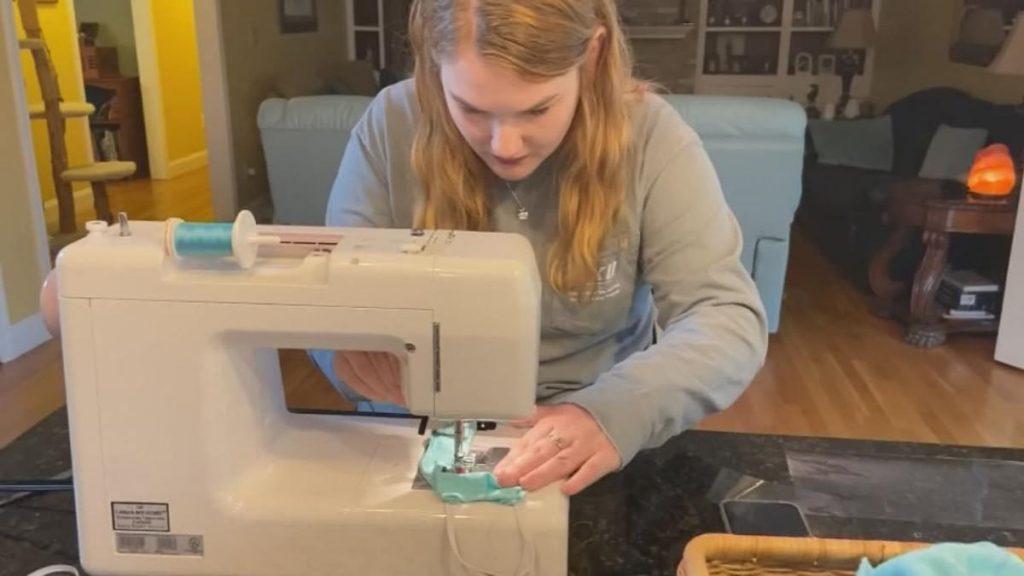 Ashley Lawrence, la ragazza americana che cuce mascherine per gli audiolesi