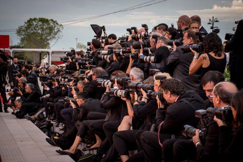 Fotografi assiepati sul red carpet alla Mostra Internazionale d'Arte Cinematografica di Venezia